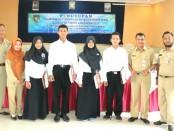 Empat peserta terbaik dari tiap kejuruan, berfoto bersama Kepala Dinperinaker Kabupaten Purworejo, Drs Sutrisno, MSi dan staf UPT BLK - foto: Sujono/Koranjuri.com