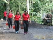 Semangat tinggi ditunjukkan warga desa Pangsan dalam membangun desanya - foto: Istimewa