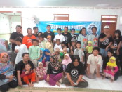 Keterangan foto : Para pemilik nama Sugeng yang tergabung dalam Paguyuban Sugeng foto bersama anak yatim di panti Adsha, Sukoharjo. / Foto : koranjuri.com