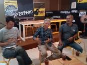 Keterangan foto : Candra Wapress, Santo dan Agus mewakili para alumnus SMPN2 Surakarta saat akan  melauncing Espero . / Foto : koranjuri.com