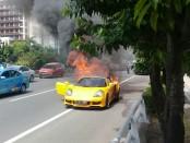 Sebuah mobil mewah jenis Porsche siang tadi terbakar ketika tengah melintas di jalan, Minggu, 20 Mei 2018 - foto: Bob/Koranjuri.com