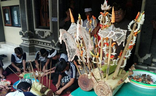 Pembuatan sate renteng oleh siswa yang membutuhkan skill dan rasa seni yang tinggi - foto: Koranjuri.com