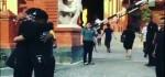 Di Depan Gereja Katedral Denpasar, Pria Muslim Berdiri dan Bawa Tulisan 'Saya Muslim dan Saya Bukan Teroris'
