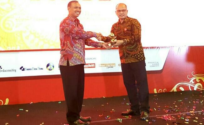 Direktur Bank Purworejo, Wahyu Argono Irawanto, saat menerima penghargaan sebagai Top BUMD 2018 dari Bisnis News, di Jakarta, Kamis (3/5) lalu - foto: Sujono/Koranjuri.com