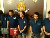 Kelima anggota komplotan penjahat pengganjal ATM, yang dikenal dengan kelompok Bandung, berhasil diringkus Satreskrim Polres Purworejo - foto: Sujono/Koranjuri.com