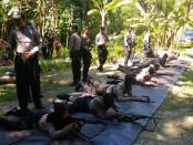 Anggota Sabhara Polres Kebumen, saat mengikuti latihan menembak, Sabtu (5/5) - foto: Sujono/Koranjuri.com