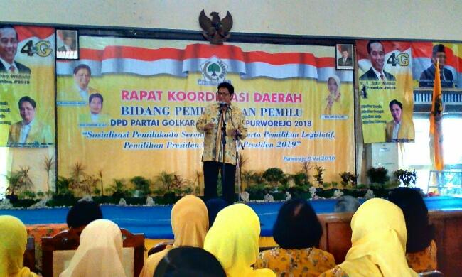 Ketua Umum Partai Golkar, Erlangga Hartarto saat menyampaikan pidato politiknya di hadapan kader Partai Golkar Kabupaten Purworejo, Selasa (8/5) - foto: Sujono/Koranjuri.com