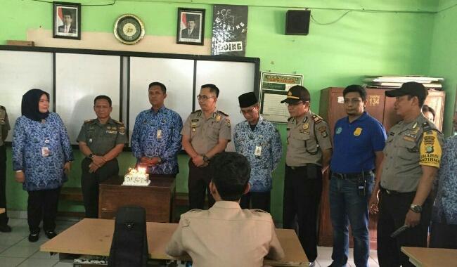 Polsek Kembangan Jakarta Barat kunjungi sekolah untuk ucapkan Hari Guru Nasional, 2 Mei 2018 - foto: Istimewa