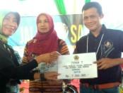 Jazid Bastomi, saat menerima piala juara satu Lomba Pameran Produk Unggulan dan Potensi Jateng - foto: Sujono/Koranjuri.com