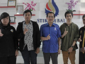 Dari kiri: Leonardo Dea Gratias Agamus,  I Ketut Pasek Asmarajaya, Ketua STIKOM Bali Dr. Dadang Hermawan, Ida bagus Budanthara dan Humas STIKOM Bali Rahman Sabon Nama – foto: Istimewa