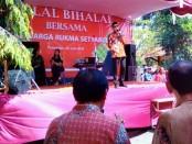 Dion Agasi, perwakilan keluarga besar Rukma Setyabudi, saat memberikan sambutan di Halal Bihalal di rumah kediaman, Minggu (25/6) - foto: Sujono/Koranjuri.com