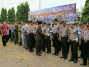 Anggota Polres Kebumen saat mengikuti Apel Pergeseran Pasukan Pengamanan TPS, Selasa (26/6), di Mapolres Kebumen - foto: Sujono/Koranjuri.com