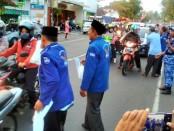 Para pengguna jalan yang melintas di jalan Brigjend Katamso, Purworejo, jadi sasaran bagi-bagi takjil yang dilakukan DPC Partai Demokrat Kabupaten Purworejo, Minggu sore (3/6) - foto: Sujono/Koranjuri.com