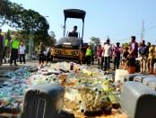 Ribuan botol miras dimusnahkan Polres Purworejo usai apel gelar pasukan Operasi Ketupat 2018, Rabu (6/6) - foto: Sujono/Koranjuri.com