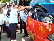Bupati Purworejo Agus Bastian, secara simbolis memberangkatkan bus Damri menuju Jakarta dalam angkutan lebaran 2018 - foto: Sujono/Koranjuri.com