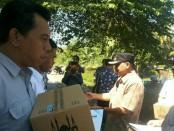 Para penjaga palang pintu perlintasan kereta api di Purworejo mendapat tali asih dari Bupati Purworejo Agus Bastian, Kamis (7/6) - foto: Sujono/Koranjuri.com