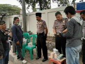 Polsek Cengkareng melakukan pengecekan terhadap warga yang membuka jasa penukaran uang perseorangan menjelang lebaran - foto: Istimewa