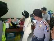 Bayi laki-laki hasil hugel, yang dibuang ibu kandungnya di Kebumen, sedang menjalani pemeriksaan medis - foto: Sujono/Koranjuri.com