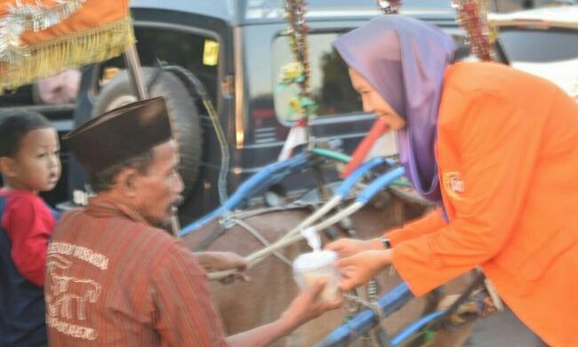 Bagi-bagi takjil oleh siswa-siswi SMK Kesehatan Purworejo, Jum'at (1/6), di alun-alun Purworejo - foto: Sujono/Koranjuri.com