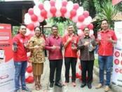 Bersama manajemen Telkomsel dengan Kepala Perwakilan BI Prov. Bali saat peresmian Kantin Digital, Rabu (6/6/2018), di FK Unud, Denpasar - foto: Ari Wulandari/Koranjuri.com