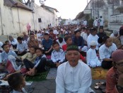 Keterangan foto : Ribuan jamaah menggelar sholat ied berjamaah di muka kraton Solo./ Foto : Koranjuri.com