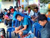 Penumpang arus balik sedang menunggu keberangkatan bus DAMRI di stasiun cabang Purworejo - foto: Sujono/Koranjuri.com