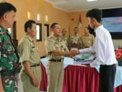 Penyerahan seragam pada perwakilan peserta, menandai dimulainya Pelatihan Ketrampilan Berbasis Kompetensi Angkatan Ketiga, yang diselenggarakan UPT-BLK Cangkrep, Purworejo - foto: Sujono/Koranjuri.com
