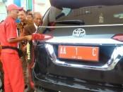 Dirut PT Eka Karya Asta Jaya, Tugiman Eko Wiyono, saat mengisi Pertamax ke mobil dinas Bupati Purworejo, sebagai tanda beroperasinya SPBU Kentengrejo, Sabtu (21/7) - foto: Sujono/Koranjuri.com