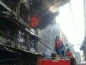20 unit mobil pemadam kebakaran diturunkan untuk menjinakkan api yang membakar tempat usaha laundry kemudian merembet ke rumah warga di Jalan Krendang Tengah I RT 006/02, Kalurahan Krendang, Tambora, Jakarta Barat, Senin, 23 Juli 2018 - foto: Istimewa