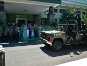Saat memasuki Makodam Hasanuddin, Mayjen TNI Surawahadi disambut dalam tradisi kemiliteran, Rabu, 25 Juli 2108 - foto: Istimewa