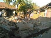 Kondisi rumah yang rata dengan tanah akibat gempa pada jarak 47 km arah timur laut Kota Mataram, Provinsi Nusa Tenggara Barat dengan kedalaman 24 km, Minggu, 29 Juli 2018 - foto: Istimewa