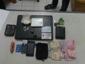 Sejumlah barang bukti yang berhasil diamankan dari kedua penjahat spesialis pecah kaca mobil - foto: Sujono/Koranjuri.com