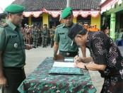 Penandatanganan berita acara pembukaan TMMD oleh Bupati Purworejo Agus Bastian, disaksikan Dansatgas TMMD, Letkol Inf Muchlis Gasim - foto: Sujono/Koranjuri.com