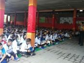 Pemberian materi dari kepolisian pada MPLS di SMA PGRI 2 Denpasar - foto: Koranjuri.com