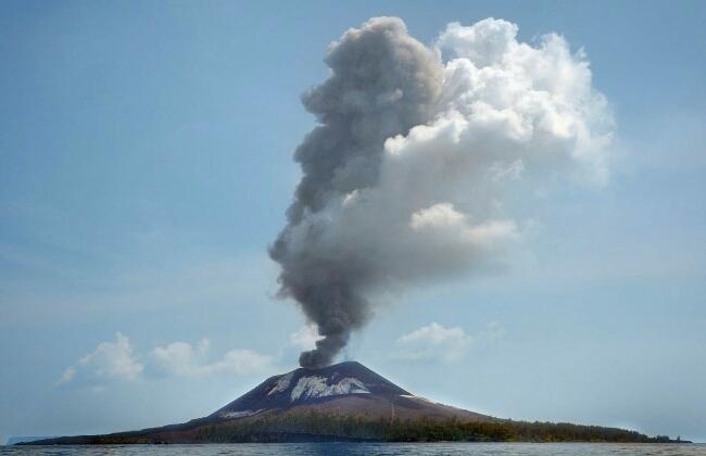 Menikmati Fenomena Letusan Anak Krakatau dari Tempat Aman