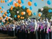 Ratusan siswa baru SMK Kesehatan Purworejo, melepas balon harapan ke udara, sebagai tanda dimulainya PLSSB, Senin (16/7) - foto: Sujono/Koranjuri.com