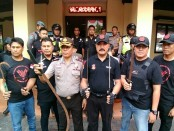 Tim pemburu preman Polsek Tambora, Jakarta Barat mengamankan 8 pelaku tawuran warga dan menyita puluhan Sajam - foto: Bob/Koranjuri.com