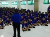 Peserta didik baru di SMP Dwijendra mengikuti Masa Pengenalan Linkungan Sekolah - foto: Koranjuri.com