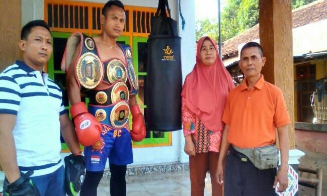 Herry Andriyanto, didampingi manajer sasana, Asih Indriasari, pelatih Giant Wasiat, dan pemilik sasana Wangunrejo Boxing  Camp, Bin Sudarmanto - foto: Sujono/Koranjuri.com