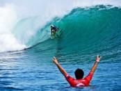 Aksi salah satu surfer dalam perhelatan 'Rip Curl Cup 2018' - foto: Istimewa