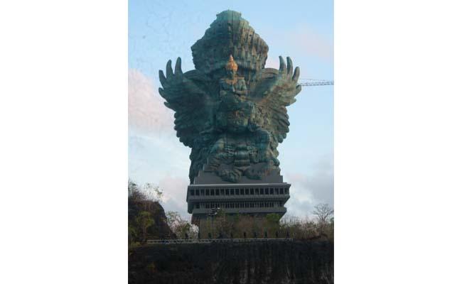 Patung Garuda Wisnu Kencana di bukit Ungasan Bali - foto: Koranjuri.com