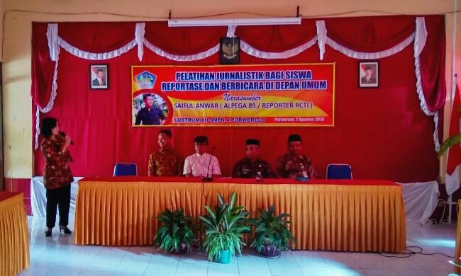 Kepala SMP Negeri 4 Purworejo Yosiyanti Wahyuningtyas, saat memberikan sambutan - foto: Sujono/Koranjuri.com
