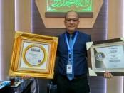 Wahyu Argono Irawanto, SE, MM, Direktur Utama BPR Bank Purworejo, dengan dua penghargaan bergengsinya, The Golden Awards dan Top 100 BPR 2018 - foto: Sujono/Koranjuri.com