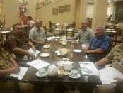 Pertemuan Bupati Purworejo Agus Bastian, dengan Direktur ACPET (Assosiation Council for Private Education/Asosiasi Perguruan Tinggi Australia) Mr Matthew Traynor, di salah satu hotel di Yogyakarta, Senin malam (20/8) - foto: Sujono/Koranjuri.com