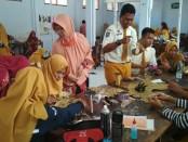 Proses pembuatan costum carnival oleh siswa SMK Batik Purworejo - foto: Sujono/Koranjuri.com