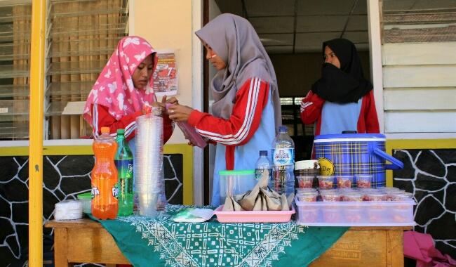 Bazar produk oleh siswa SMK Kesehatan Purworejo, aplikasi mapel kewirausahaan - foto: Sujono/Kornjuri.com