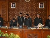 Walikota Denpasar, Rai Mantra, Wawali Jaya Negara dan Ketua DPRD Kota Denpasar, I Gusti Ngurah Gede saat Sidang Paripurna, Senin (27/8) - foto: Istimewa