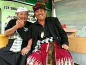 Tokoh Puri Gerenceng AA Ngurah Agung (kanan) bersama sesepuh Puri Satria Denpasar, Cokorda Ngurah Oka Ratmadi (kiri) saat menghadiri penutupan event penyembuhan alternatif oleh Forum Keluarga Paranormal & Penyembuh Alternatif Indonesia (FKPPAI) di Jabapura Puri Satria, Senin, 27 Agustus 2018 - foto: Istimewa