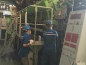 Petugas PLN melakukan perbaikan jaringan kelistrikan di Lombok yang mengalami kerusakan akibat gempa berkekuatan 7 SR yang mengguncang Lombok Utara pada Minggu, 5 Agustus 2018 - foto: Istimewa
