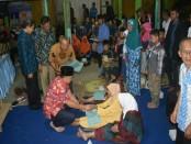 Bupati Purworejo Agus Bastian, saat menyerahkan bantuan rumah tidak layak huni dari BAZNAS - foto: Sujono/Koranjuri.com